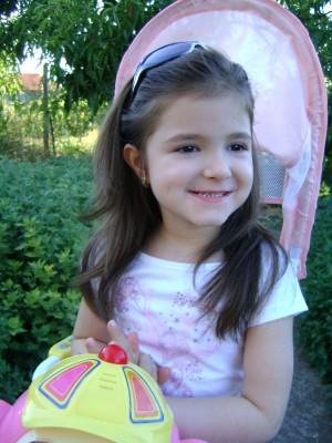 Нашето малко слънчице Никол е само на 5 години!