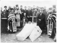 Погребението на Димитър Бакърджиев, зад кръста се вижда Аргир Манасиев
