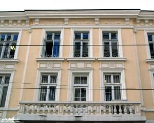 Сградата на ул. Алабин гали окото с красивите си декоративни елементи по фасадата, а надписът в центъра й ни казва, че някога тя е принадлежала на състоятелния софийски адвокат и лихвар Георги Добринович.