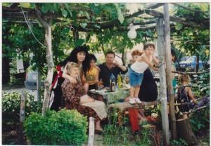 Част от семейството в двора на къщата: Дончо със майка си Ана, дъщери Анабела и Даниела и внуци