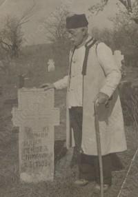 Дедо Мирчо Илиев пред гроба на баща Илия си в село Чорлево /Дреновец/, който е бил тежко ранен в Асановската битка /Хасановсаката битка 1850 година при село Хасан махала днешно Динково/  чрез посичане