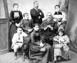 Илия Цанов (седнал) и Найчо Цанов (в средата, прав) със семейството във Видин. Илия Цанов е роден на 15 юли 1835 г. в семейството на видинския търговец Томаки Цанов, чийто баща взема активно участие в борбата за църковна независимост. Майката - Екатерина, е дъщеря на Емануил Шишманов от знатния род Шишмановци. След Илия се раждат още три момчета - Коста, Александър и Найчо, и две момичета - Атанаска и Мария.