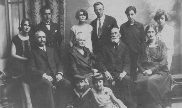 Екатерина и Тихомир Коджаманови (прави вляво) с роднините на Катя. Седнали в средата са родителите й Атина и Рашко Карадимови, от двете им страни са сестрата на Катя Анна Данчева и съпругът и Георги. До Тихомир са Надка и Ангел Рашкови - снахата и братът на Катя, и дъщерите на семейство Данчеви - Олга и Виолета (майка на Георги Иванчев, председател на Гоажданския комитет за възраждане на Видинския край). Децата отпред са Людмил Коджаманов и Грозданка Рашкова. Видин. 1929 г