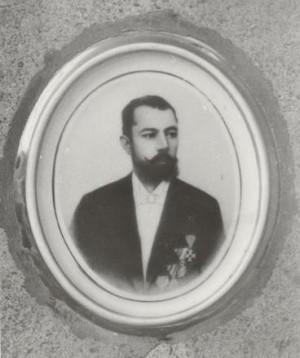 Снимка на портрета от надгробния паметник на Младен Иванов Найденов – кмет на Видин през периодите 1890–1894, 1900–1905 г., народен представител във ІІ и ІІІ Велико народно събрание. 1995 г.