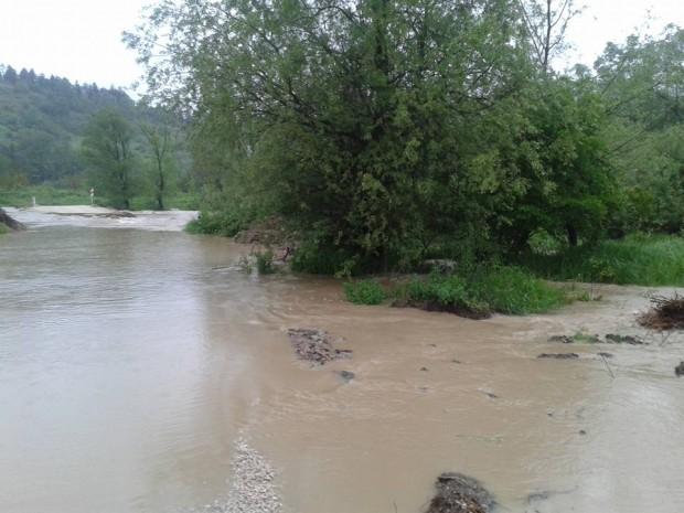 Река Арчар е заляла мост, потокът от автомобили от София за Видин се отбива на село Ружинци