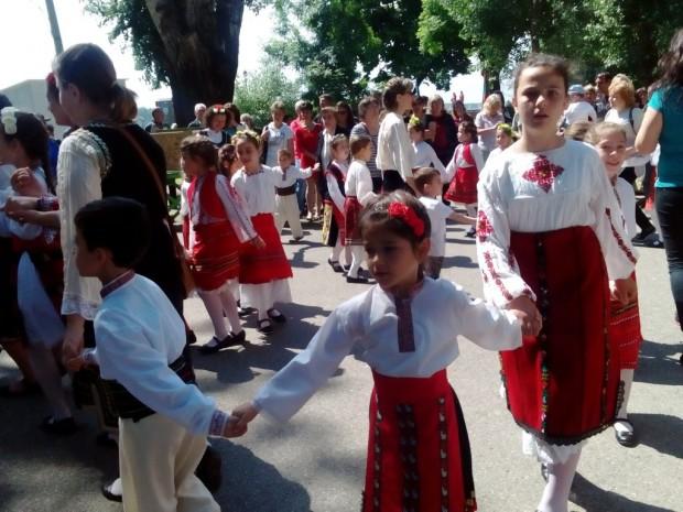 Над 100 души се хванаха на Голямото хоро във Видин