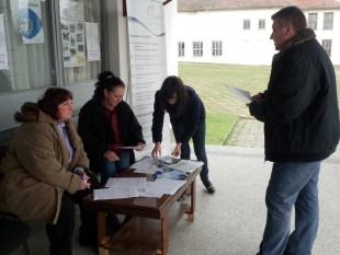 Експертите от ОИЦ-Видин Цветомир Ценков и Яна Гъркова анкетират местни жители на откритите приемни на ОИЦ-Видин в Брегово, Макреш и Ружинци, проведени в периода 23-27 март 2015 г.