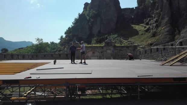 """Започна монтирането на сцената за летния фестивал """"Опера на върховете – Белоградчишки скали"""" 2017 г."""