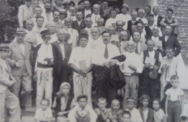 Раздаване на първите земеделски пенсионни книжки в село Жеглица 1934