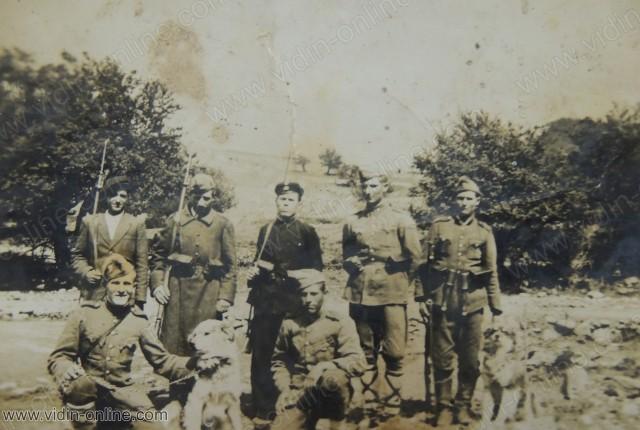 Войници от старата митница над село Стакевци