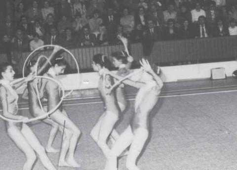 """Едно изпълнение на ансамбъла по художествена гимнас- тика в зала """"Фестивална"""" – Видин през май 1984 г."""