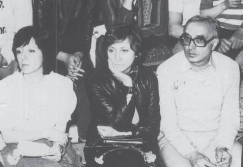 Нешка Робева (в средата) внимателно следи изпълнени- ята на своите възпитанички. Тя все още не знае, че само след няколко дни България ще бойкотира игрите в Лос Анджелис и едно талантливо поколение ще бъде лишено от олимпийски от- личия.