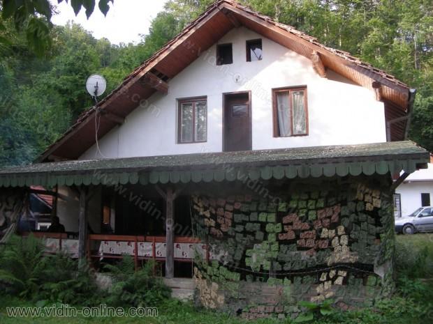 хижа Миджур над село Горни Лом