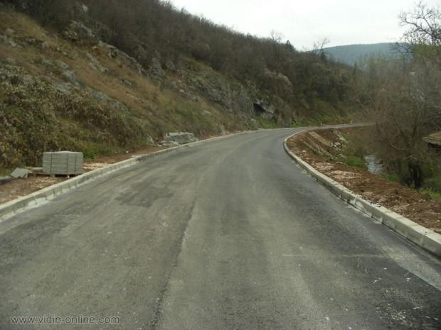 Полагане на асфалт в село Салаш