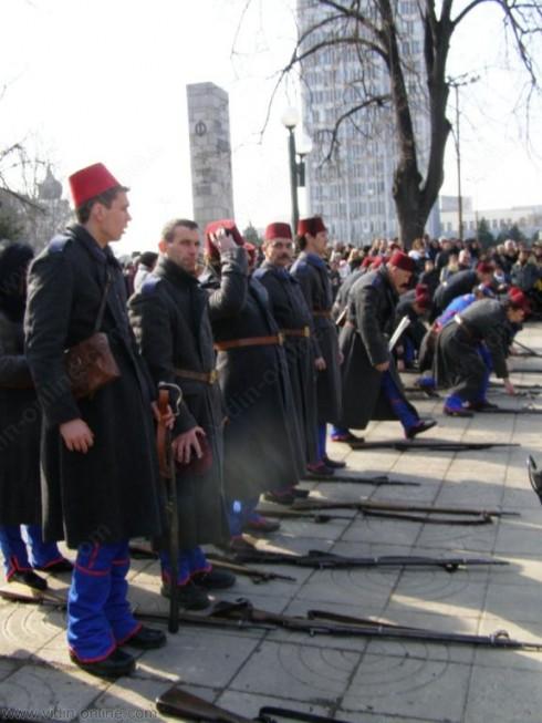 Въпреки силния вятър над 500 души наблюдаваха церемонията по издигането на Националния трибагреник във Видин