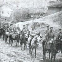 Офицерите от полка, начело с командира на бригадата генерал Шкойнов. Минчо Сотиров е до него