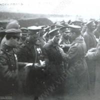 Командира на полка Минчо Сотиров награждава героите