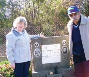 Генчо Нанков и съпругата му Хилдегард на гроба на бащата и дядото на Генчо. Българският емигрант иска също да бъде погребан до тях на родна земя