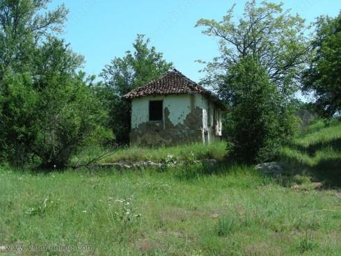 От 100 къщи в село Шипот 70 от тях пустеят и се рушат