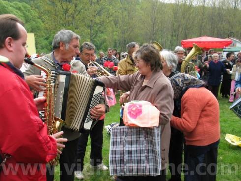 Обичаят Ходене на росен се изпълнява по Великден край село Градец