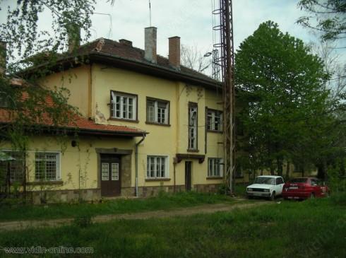 Натоварен е железопътният прелез между село Гара Орешец и кариера за инертни материали